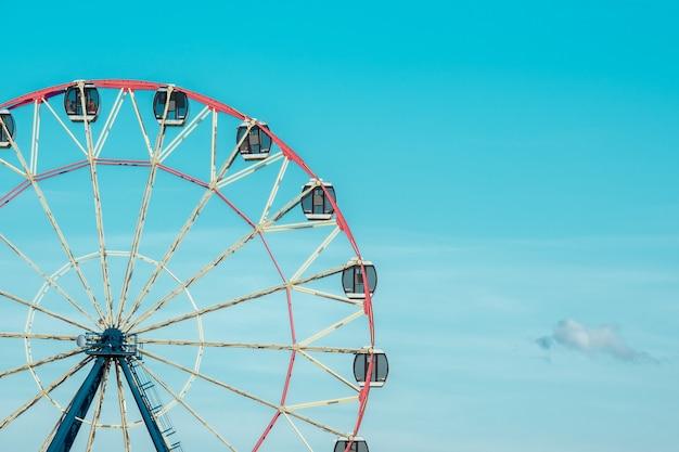 Riesenrad vor dem hintergrund des bewölkten himmels. nahaufnahmefoto