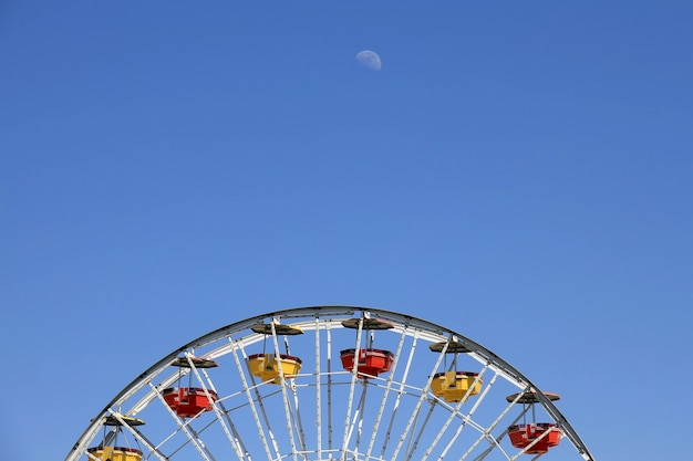 Riesenräder über klarem blauem himmel am vergnügungspark