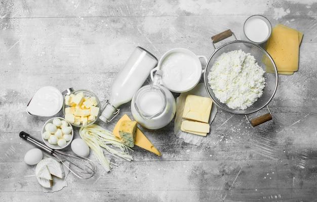 Riesige auswahl an milchprodukten. auf einem rustikalen tisch.