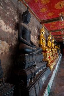 Riesige Buddha-Statuen aus einem Tempel in Bangkok