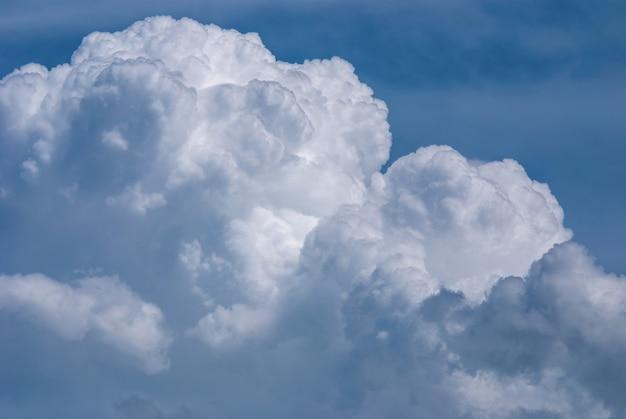 Riesige cumuluswolke im sommerhimmel