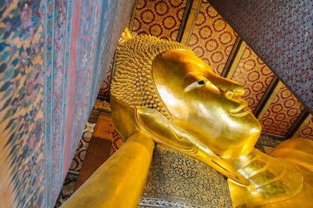 Riesige goldene liegende buddha-statue. wat pho tempel, bangkok, thailand.