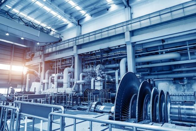 Riesige rohre, rohre und ausrüstung in einem modernen industriekraftwerk