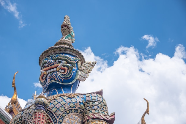 Riesige statue wat phra keaw mit schönem himmel. tempel des smaragdbuddhas, bangkok