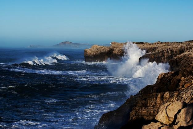 Riesige wellen treffen die klippe und explodieren in kantabrien, nordspanien