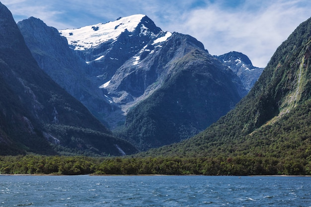 Riesiger blick auf die schneebedeckten berge vom milford sound in neuseeland südinsel