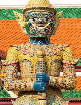 Riesiger buddha im großartigen palast