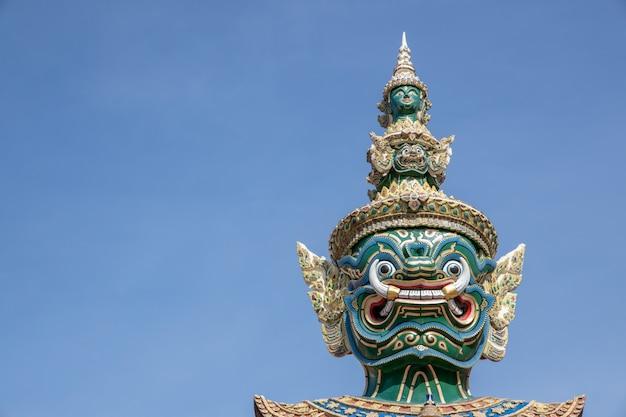Riesiger dämonenwächter, der vor tür wat phra kaews (großartiger palast) in bangkok thailand steht