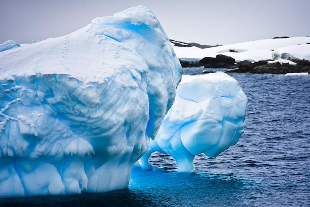 Riesiger eisberg in der antarktis
