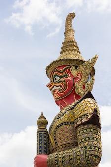 Riesiger stand in wat phra kaew, bangkok, thailand