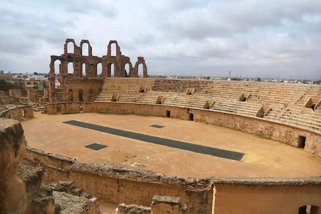 Riesiges altes römisches amphitheater in der stadt el jem.