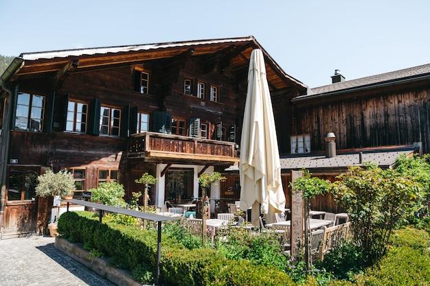 Riesiges schweizer hotel mit restaurant im freien