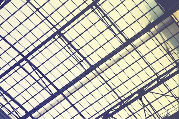 Riesiges vintage-oberlichtfenster - industrieller architektonischer hintergrund. gefiltertes bild im retro-stil