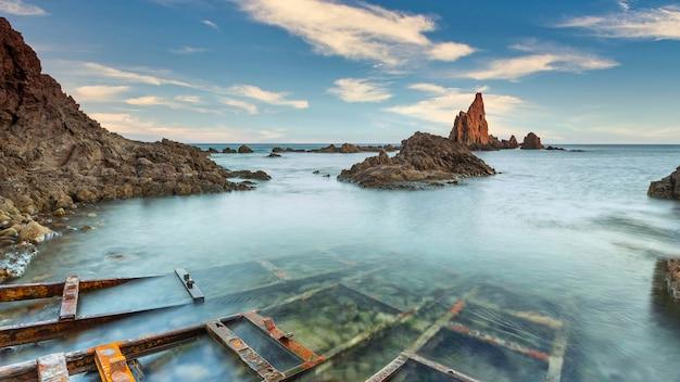 Riff im mittelmeer in spanien, arrecife de las sirenas.