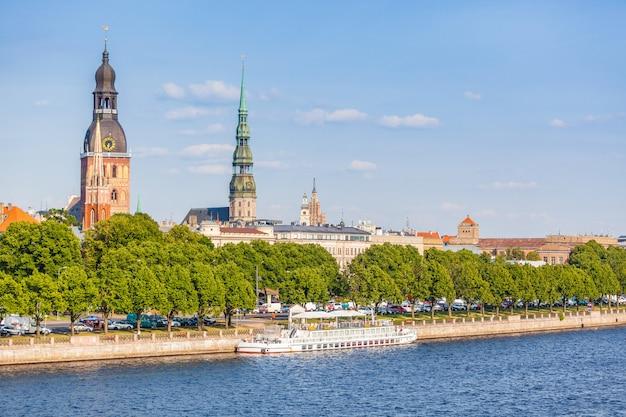 Riga skyline an einem sonnigen tag