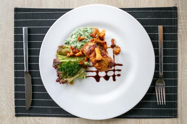 Rinder- oder schweinesteak mit champignons und pfifferlingssauce