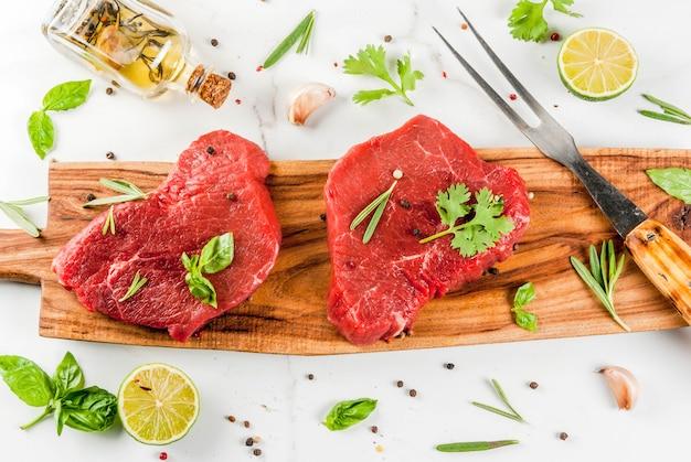 Rinderfilet mit olivenöl und gewürzen zum kochen