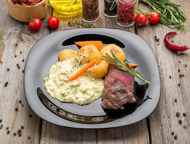 Rinderfilet mit pilzsauce und kartoffeln