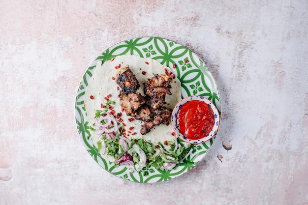 Rindergrill, kebab, mit bbq-sauce, kräutern und zwiebeln.