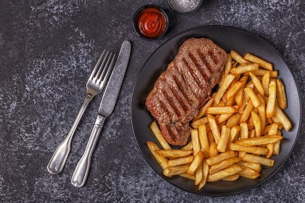 Rindergrillsteak mit pommes frites