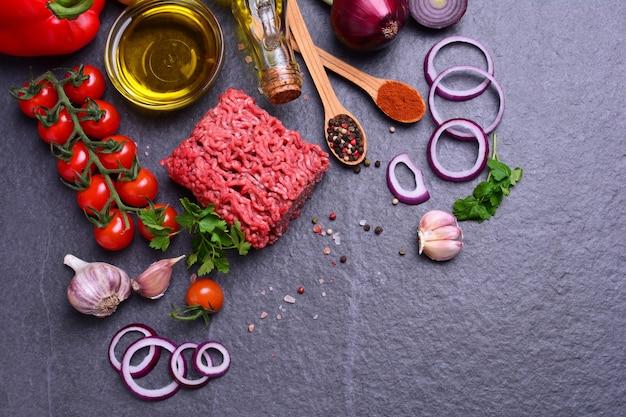 Rinderhackfleisch mit gewürzen und gemüse