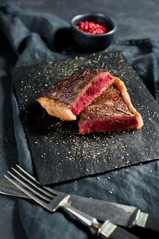 Rinderlendensteak, hinten geröstet.