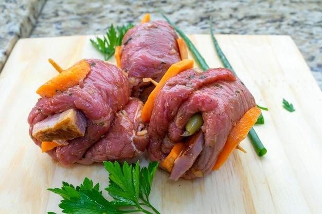 Rinderrolle mit karotte und speck, brachiola oder braciola genannt. fertig zum kochen