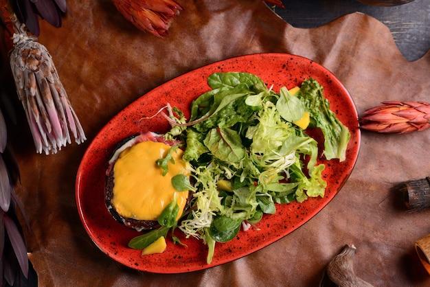 Rindersteak mit cheddar-käse und salat