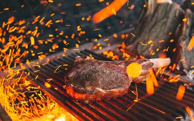 Rindersteak wird in flammen gekocht. rindfleisch rib bbq.