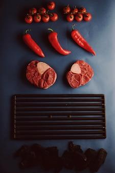 Rindersteaks auf dem grill. gegrilltes fleisch und gemüse.