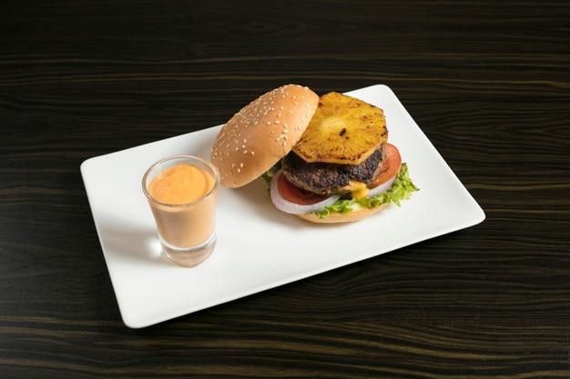 Rindfleisch-ananas-käse-burger alias hawaiische burger