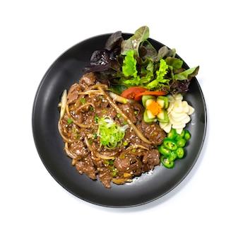 Rindfleisch bbq bulgogi koreanisches essen gebraten gebraten art serviert chili und knoblauch dekorieren gemüse draufsicht