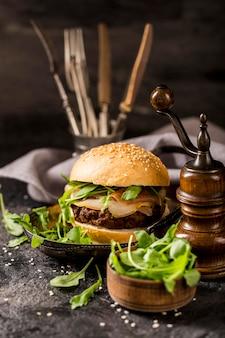 Rindfleisch-burger von vorne mit salat und speck