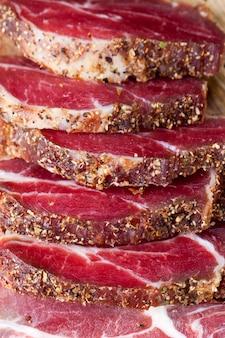 Rindfleisch für lebensmittel zubereitet und mariniert, die produkte sind fertig und werden getrocknet gegessen