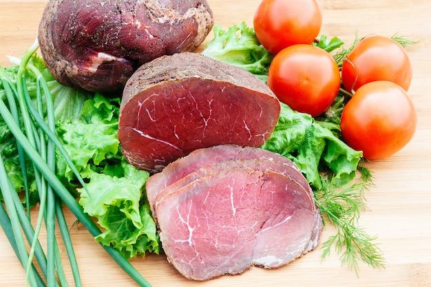 Rindfleisch geräucherte tomaten zwiebeln