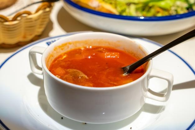 Rindfleisch geschmorte rote gemüsesuppe