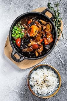 Rindfleisch in teriyaki-sauce mit reis