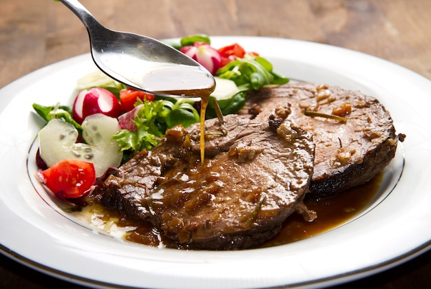 Rindfleisch mit frischem salat garniert