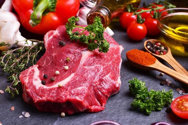 Rindfleisch mit gewürzen und gemüse