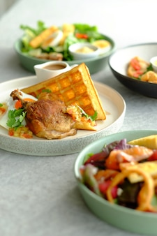 Rindfleisch mit waffel und mayonise