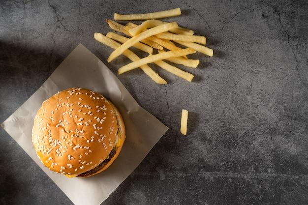 Rindfleisch oder schweinefleisch. hamburger. draufsicht nahansicht.