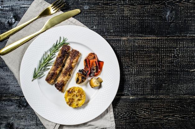 Rindfleisch-schaschlik mit champignons, paprika und mais garnieren