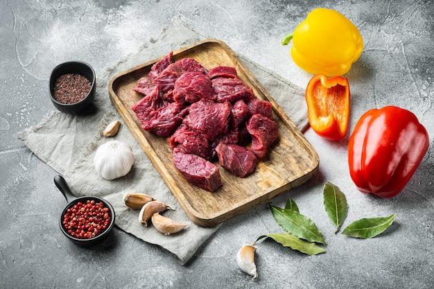 Rindfleischauflauf oder gulasch zutaten mit süßem paprika, auf grauem stein