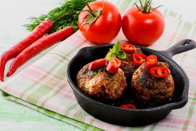 Rindfleischbällchen mit chili-pfeffer in der pfanne serviert