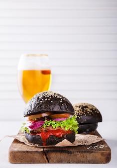 Rindfleischburger mit einem schwarzen brötchen