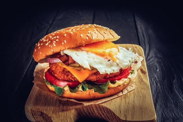 Rindfleischburger mit geschmolzenem käse und speck und ei.