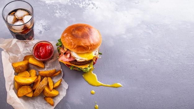 Rindfleischburger mit speck und ei