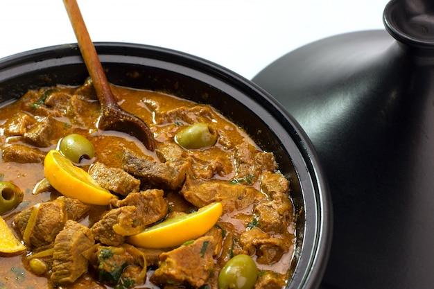 Rindfleischeintopf in tajins mit gesalzener zitrone und oliven