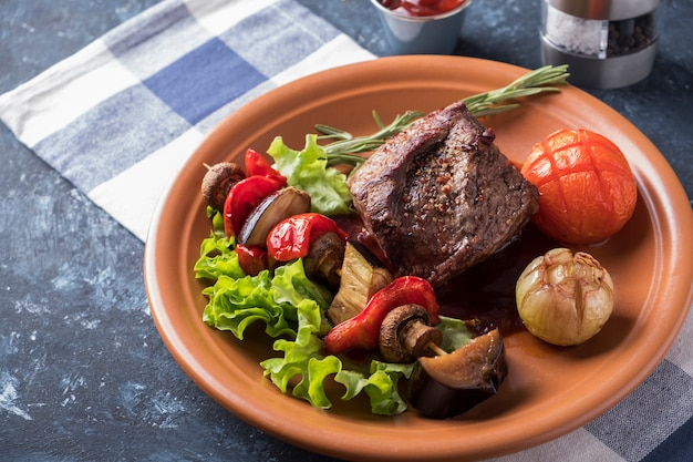 Rindfleischsteakgewürze dienten bratengemüse auf einer platte.