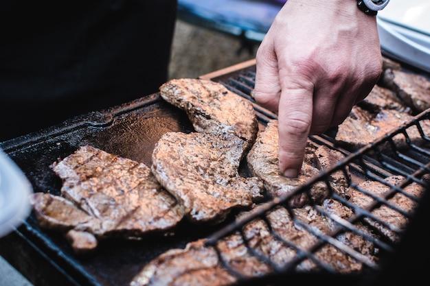 Rindfleischsteaks grillen